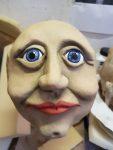 Farbliche Grundierung des Figurenkopfs 'Margot Honecker', gebaut von Figurenspielerin Julia Raab