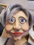 """Figurenkopf 'Margot Honecker' für das Klassenzimmerstück """"Seid bereit - immer bereit? Jung sein in der DDR"""" von Sandra Bringer und mit Figurenspielerin Julia Raab"""