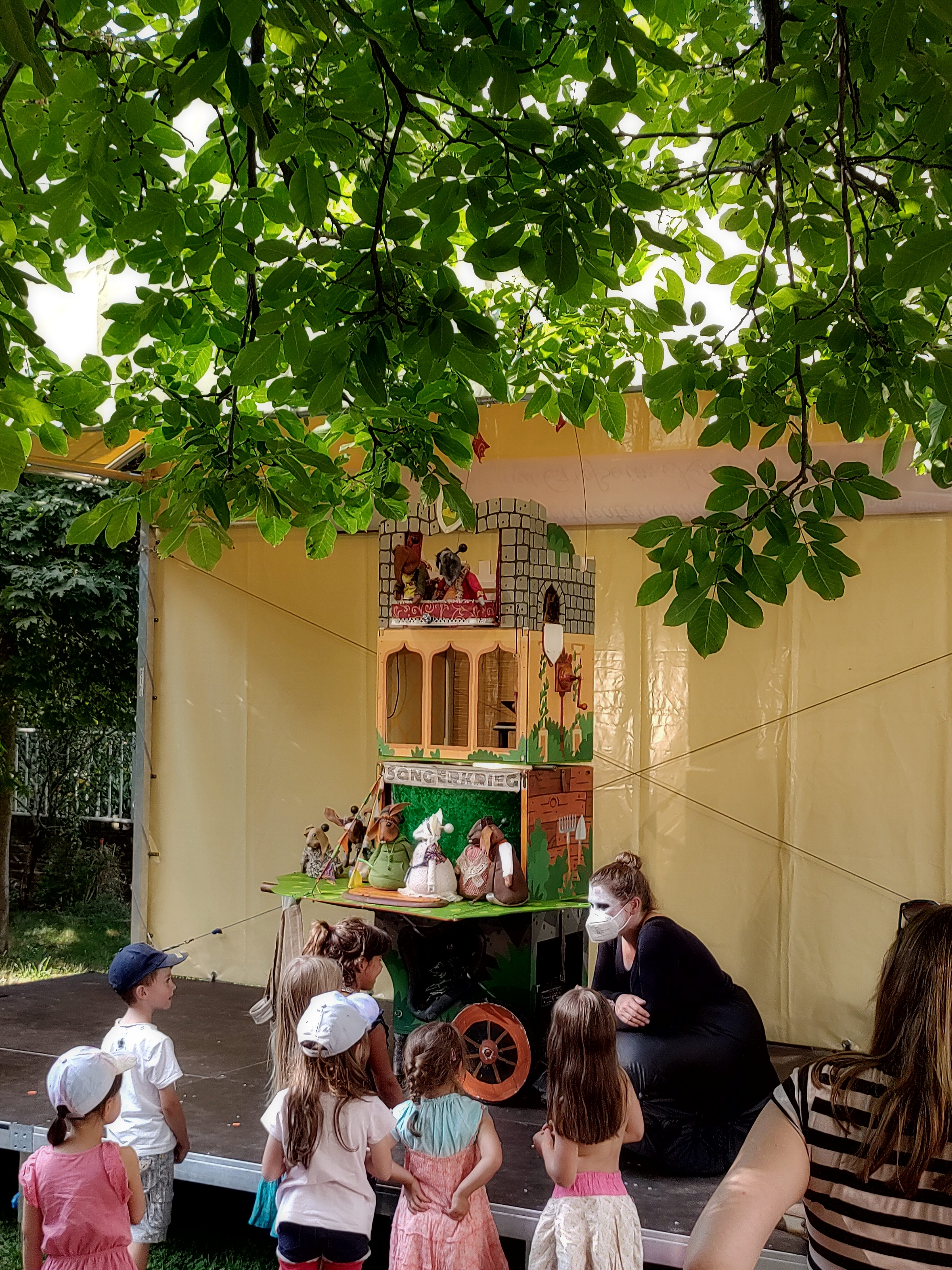 """Nachgespräch mit Kindern nach der Figurentheater-Vorstellung von """"Der Sängerkrieg der Heidehasen"""" mit Figurenspielerin Julia Raab im Kunstgarten des Budde-Haus in Leipzig"""