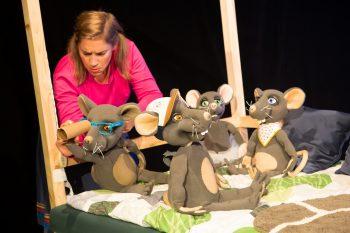 """Szenenfoto von """"Frederick"""", Inszenierung des Puppentheater am Anhaltischen Theater in Dessau, Regie: Kerstin Dathe, Spiel: Julia Raab; Foto: Claudia Heysel"""